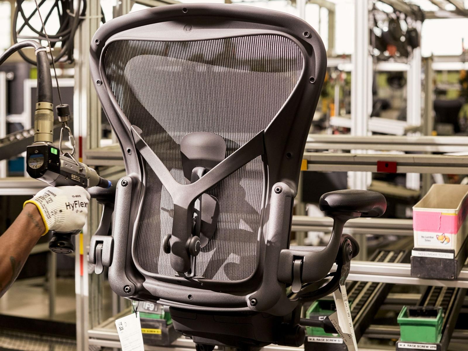 Ein schwarzer Aeron Stuhl im Prüflabor von Herman Miller.