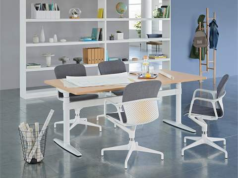 An open meeting space featuring a height-adjustable Atlas Office Landscape table and four grey Keyn chairs.