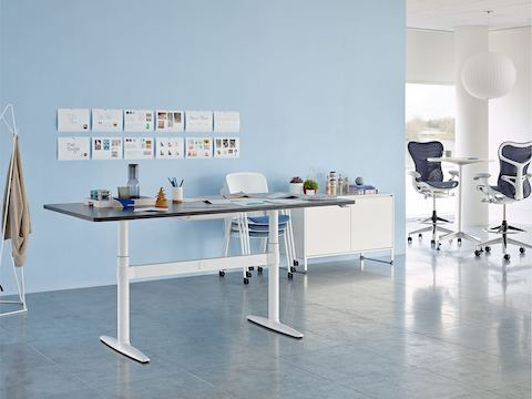 A collaboration area with a height-adjustable Atlas Office Landscape table, storage unit, and blue Mirra 2 Stools.