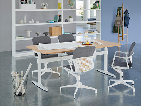 An open meeting space featuring a height-adjustable Atlas Office Landscape table and four gray Keyn chairs.