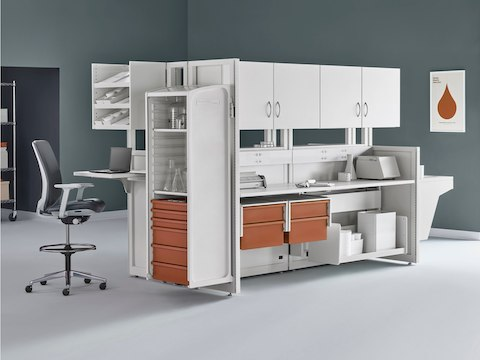Soft white Co/Struc System with terra cotta storage drawers with a dark gray Verus Stool and wire storage system in an alcove of a medical laboratory.