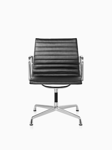 黒のEames Aluminum Groupの椅子。