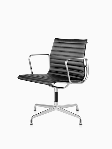 Black Eames Aluminum Group Chair. Seleccione para ir a la página del producto Eames Aluminum Group Chairs.
