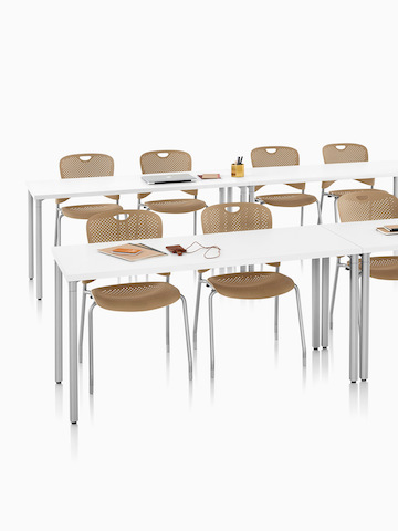 Una configuración de aula con Everywhere Tables y Caper Stacking Chairs. Seleccione para ir a la página del producto Everywhere Tables.