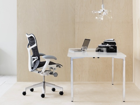 An individual office with a dark blue Mirra 2 Chair and a white Everywhere Table.