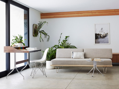 Una Girard Hexagonal Table, Nelson Daybed y Nelson Swag Leg Desk en un espacio residencial multipropósito.