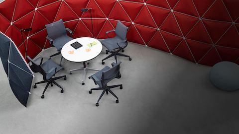 Overhead view of a red S-shaped Kivo configuration that divides space in an open workplace.