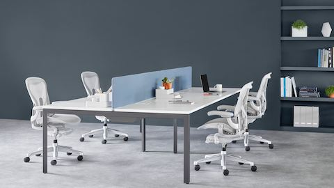 Four-person Layout Studio bench with a blue divider screen and four light grey Aeron chairs.
