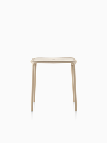 Una Magis Air-Table beige con una tapa cuadrada.