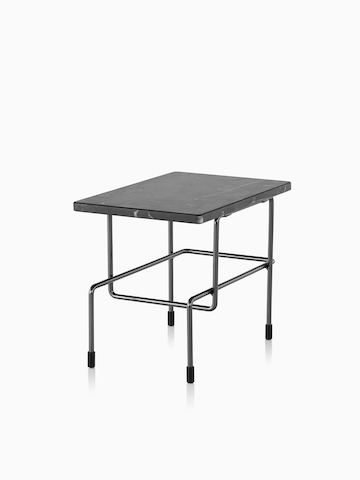 Una mesa Magis Traffic rectangular con una tapa negra. Seleccione para ir a la página del producto Magis Traffic Lounge Furniture.