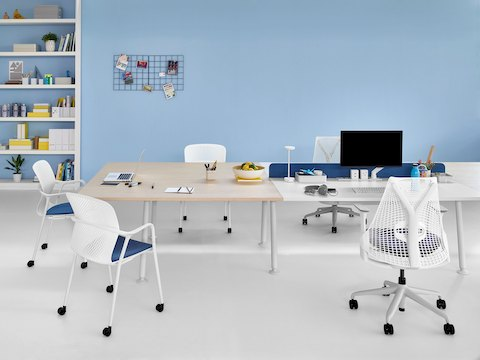 Adjacent Memo collaboration and work surfaces served by white Keyn and Sayl chairs with blue seats.