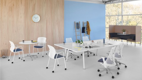A white Memo project table with white Sayl and Keyn chairs.