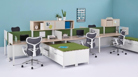 Green tackable Pari Screens fit between the overheads and surfaces in a run of Canvas Dock workstations.