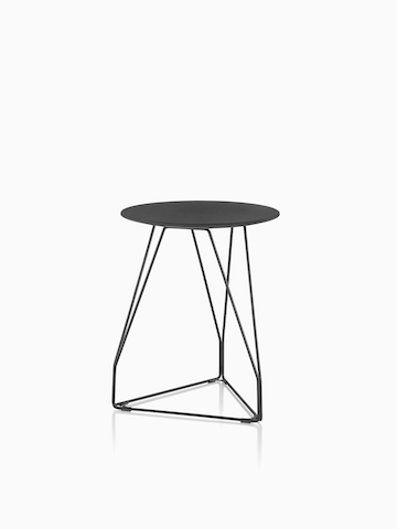 Una ronda Polygon Wire Table con una tapa negra. Seleccione para ir a la página del producto Polygon Wire Table.