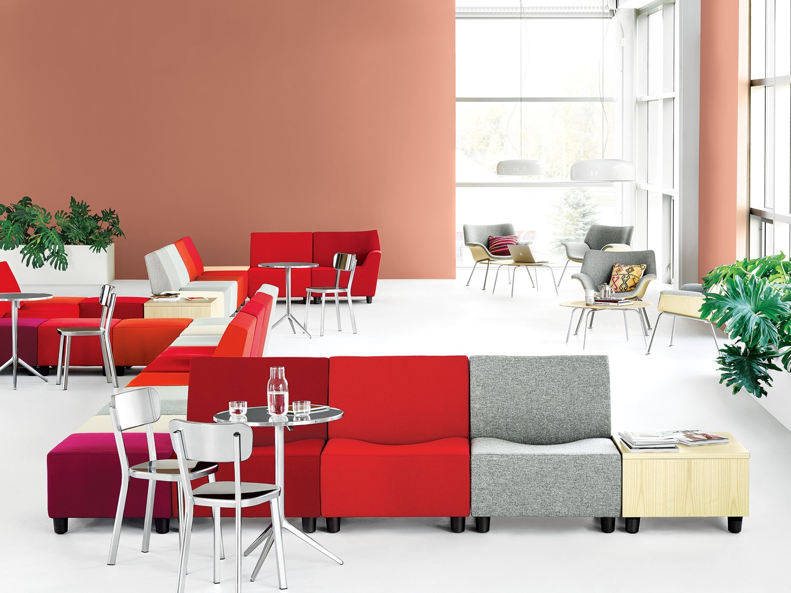 Mit Swoop Lounge Furniture, modularen Sitzelementen und Lounge Chairs