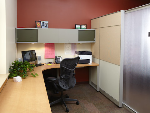 A corner office area with Canvass furnishings and a Mirra chair.