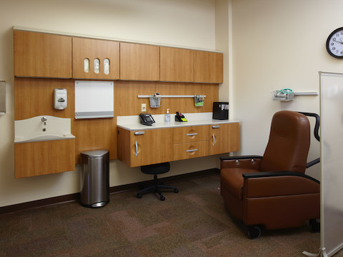 A clinical space comprised of Compass modular furnishings and a Pristo II treatment chair.