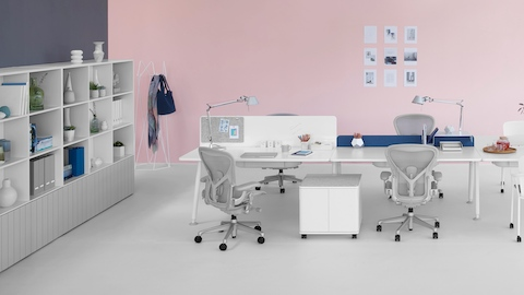 A collaboration area featuring four back-to-back Memo benching surfaces with light grey Aeron office chairs.
